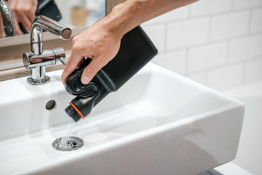 Abflussreiniger verwenden © galaganov, stock.adobe.com
