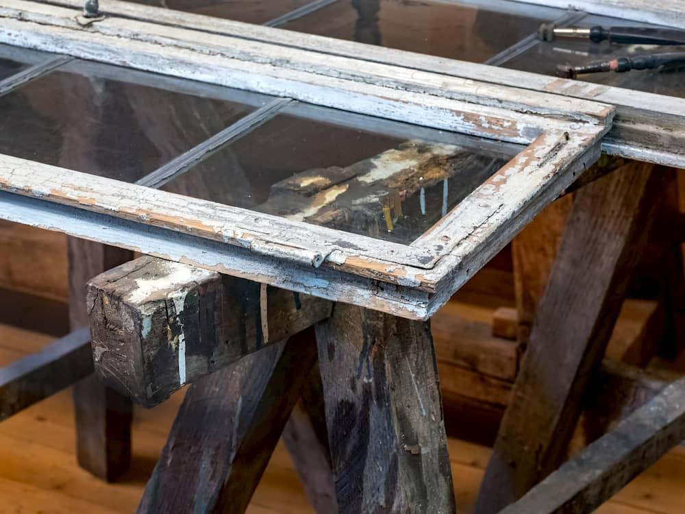 Alte Fenster zum streichen auf einem Holzbock ©  EKH-Pictures, stock.adobe.com
