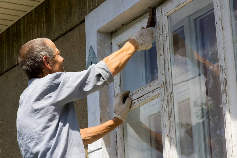Alte Holzfenster mit abgeblätterter Farbe © retbool, stock.adobe.com