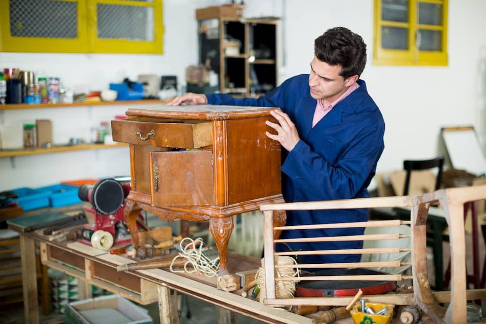 Altes Möbelstück inspizieren © JackF, stock.adobe.com
