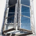 Altes Sprosssenfester, Doppelfenster mit abblätternder Farbe