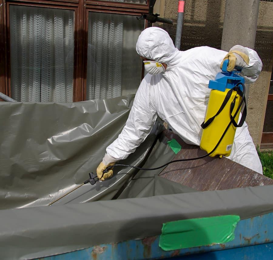 Befeuchten der asbesthaltigen Eternitplatten © LianeM, stock.adobe.com