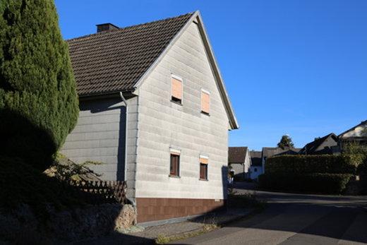 Asbest in einer alten Fassadenverkleidung © Alexandersw, fotolia.com