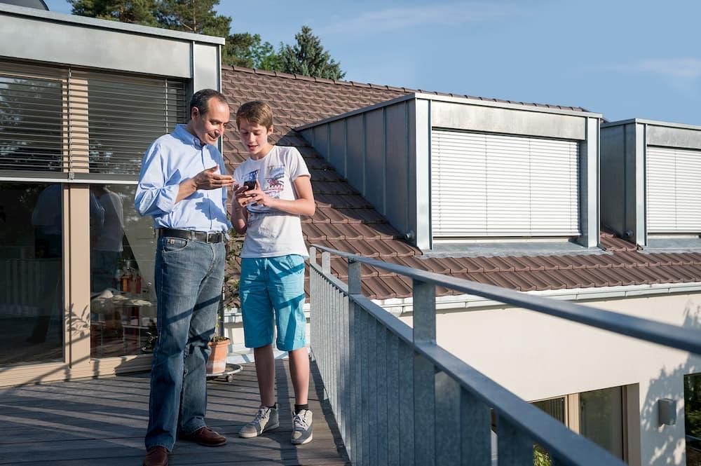 Gut gedämmtes Dach mit außenliegendem Sonnenschutz an den Fenstern © IVPU