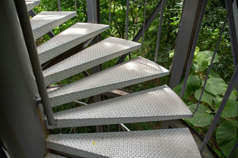 Außentreppe aus Metall © ponsatorn, stock.adobe.com