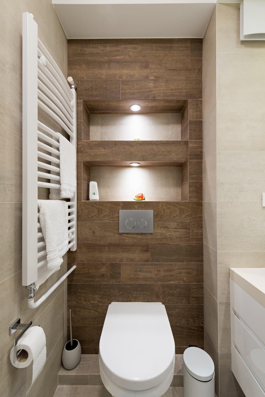 Gäste WC mit eingebauten Leuchtspots © interiorphoto, stock.adobe.com