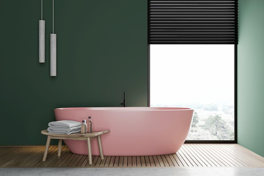 Bad mit rosa freistehender Badewanne © denisismagilov, stock.adobe.com