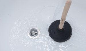 Badewannenabfluss reinigen