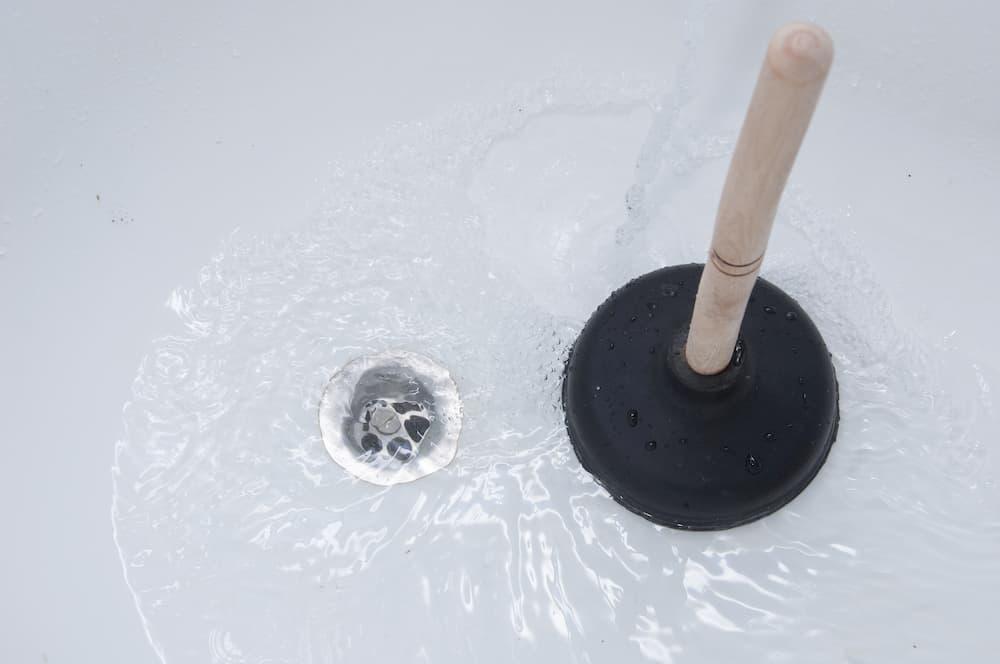 Nuzung einer Saugglocke - Pömpel im Bad © revers_jr, stock.adobe.com