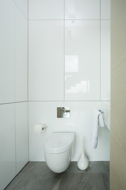 Gäste-WC mit weißen Fliesen © Photographee.eu, stock.adobe.com