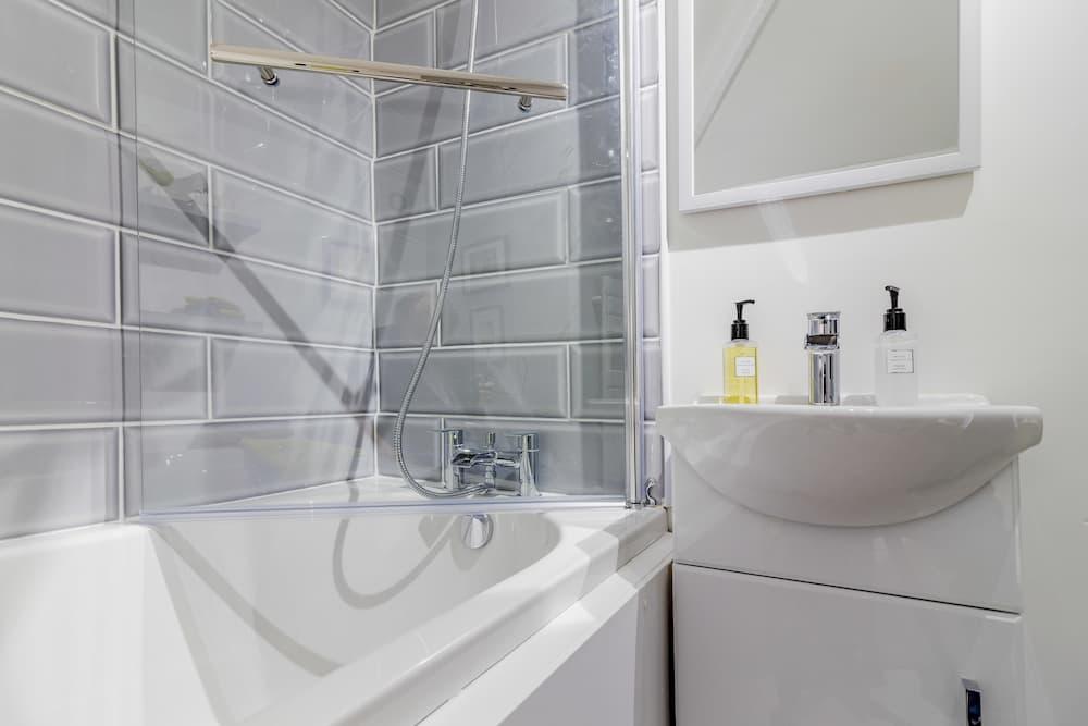 Flexible Duschabtrennung für die Badewanne © David Hughes, stock.adobe.com