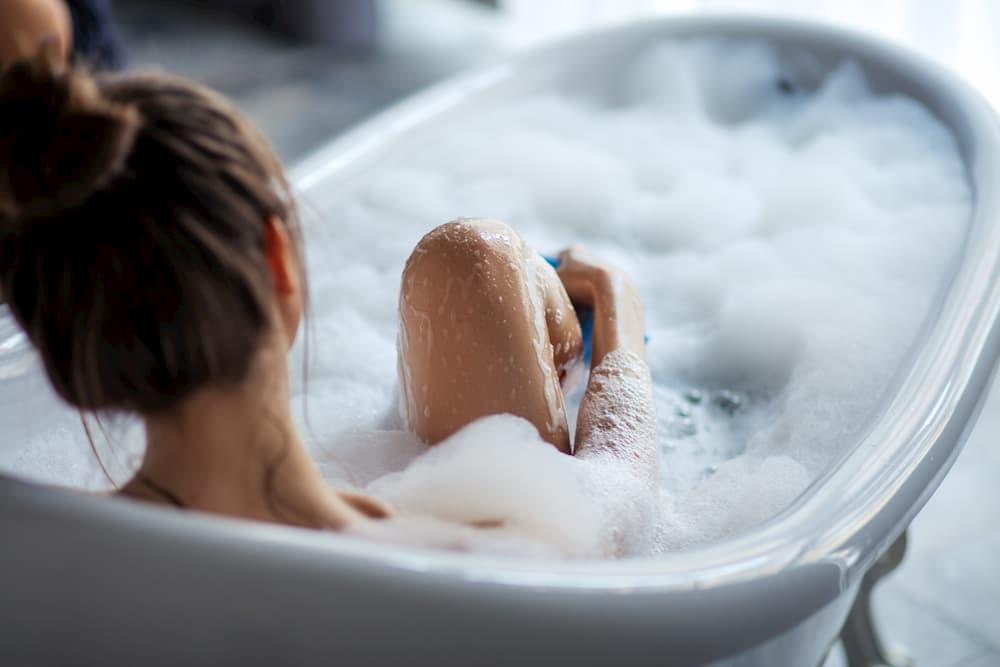 Frau entspannt in der Badewanne © alfa27, stock.adobe.com