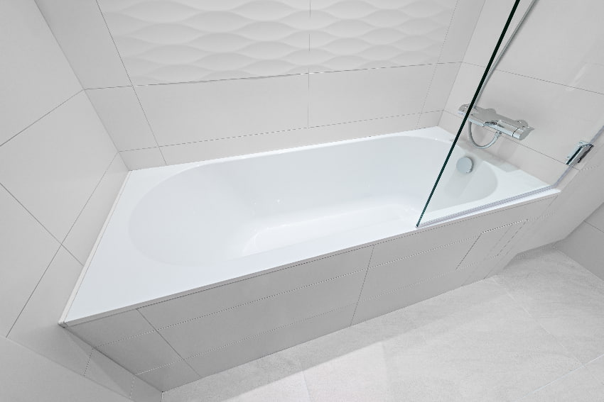 Badewanne mit Abtrennung © serjiob74, stock.adobe.com