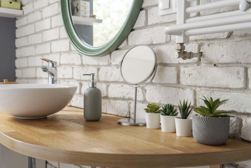 Bad mit Aufsatz-Waschbecken und buntem Spiegel © photosbysabkapl, stock.adobe.com