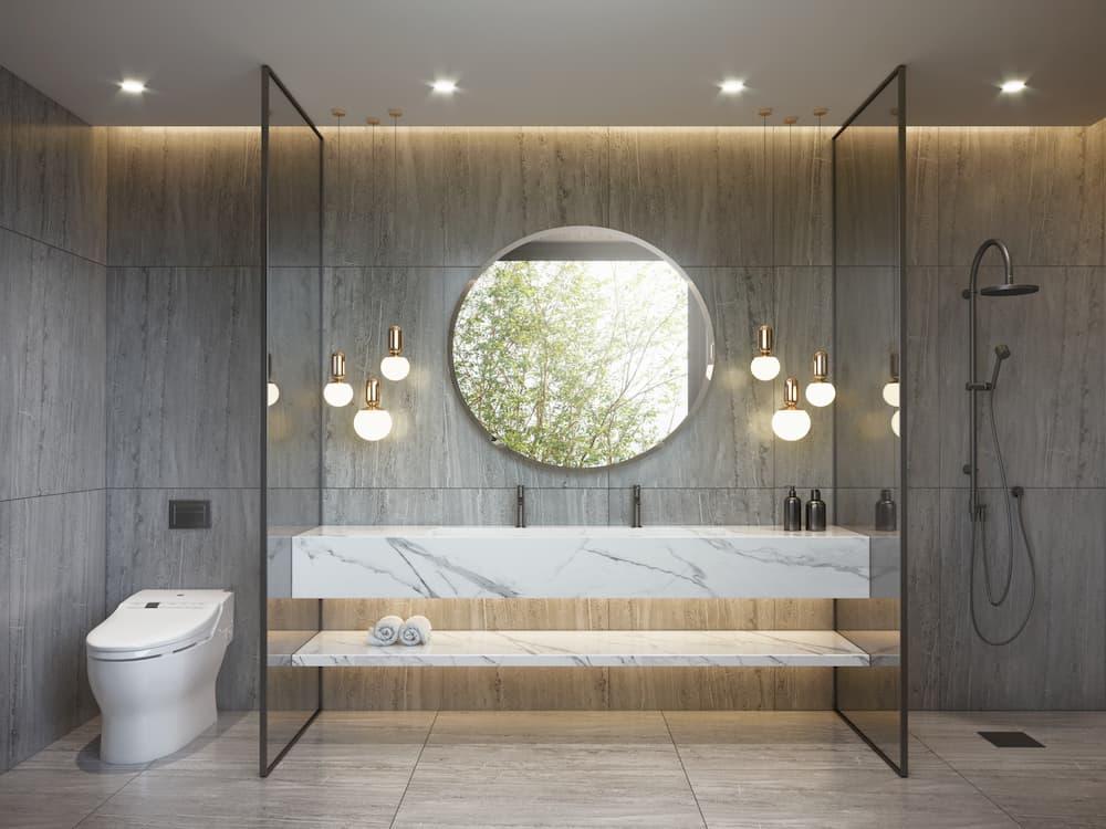Modernes Badezimmer mit grauem und weißem Marmor und Hängelampen © Mihalis A., stock.adobe.com