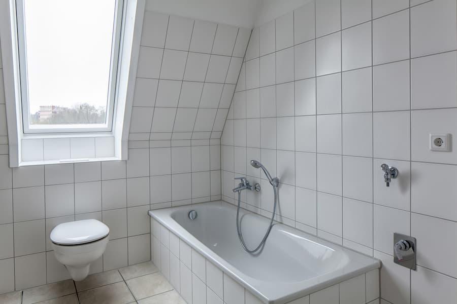 Badezimmer mit Dachschräge gefliest © U. Brothagen, stock.adobe.com