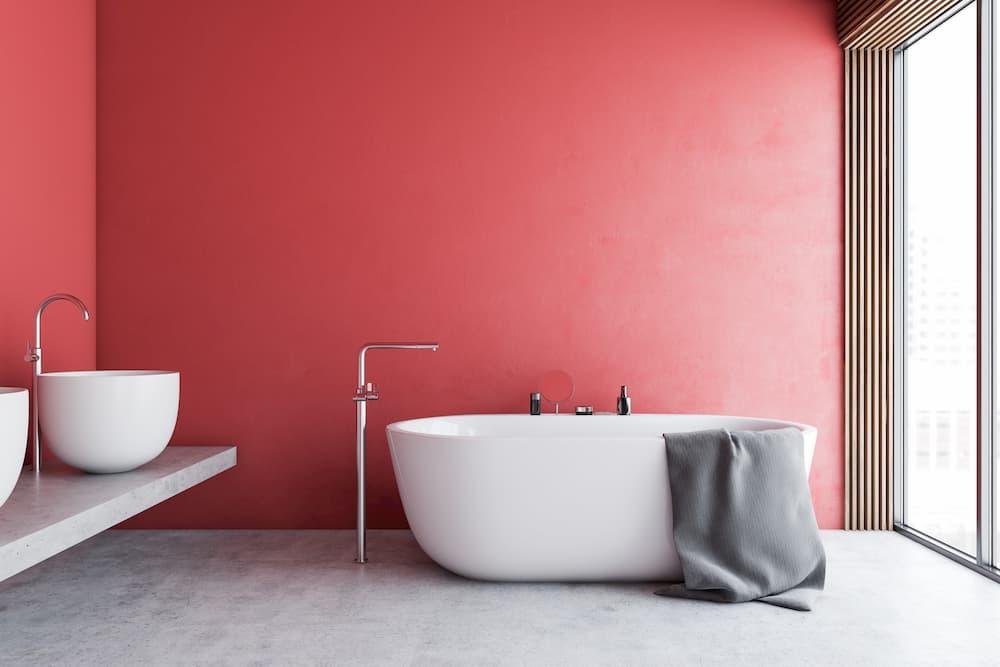 Badezimmer farbig gestrichen © denisismagilov, stock.adobe.com