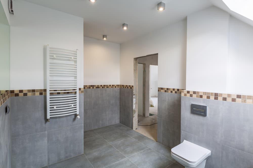 Badezimmer halbhoch gefliest und verputzt © Patryk Kosmider, stock.adobe.com