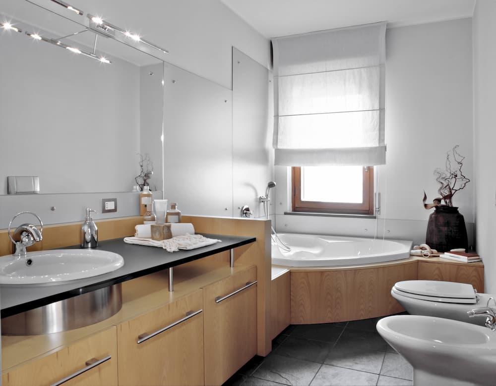 Modernes Badezimmer mit viel Holz © AdpePhoto, stock.adobe.com