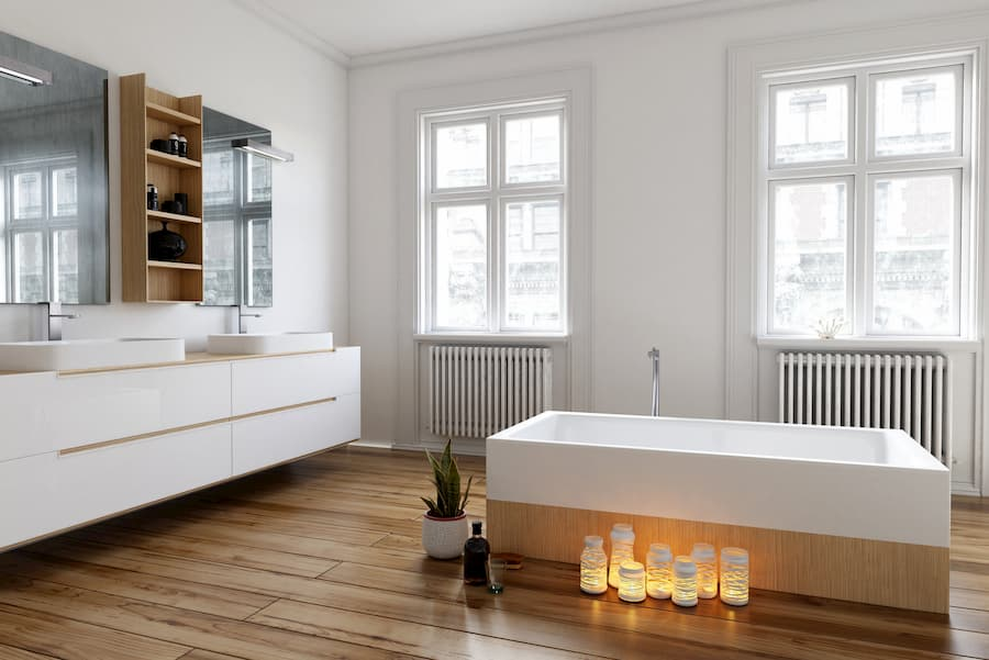 Gemütliches Badezimmer mit viel Holz und freistehender Badewanne © XtravaganT, stock.adobe.com