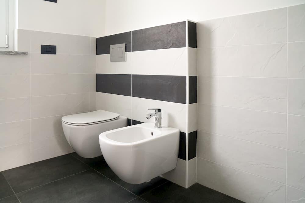 Badezimmer mit WC und Bidet © caifas, stock.adobe.com