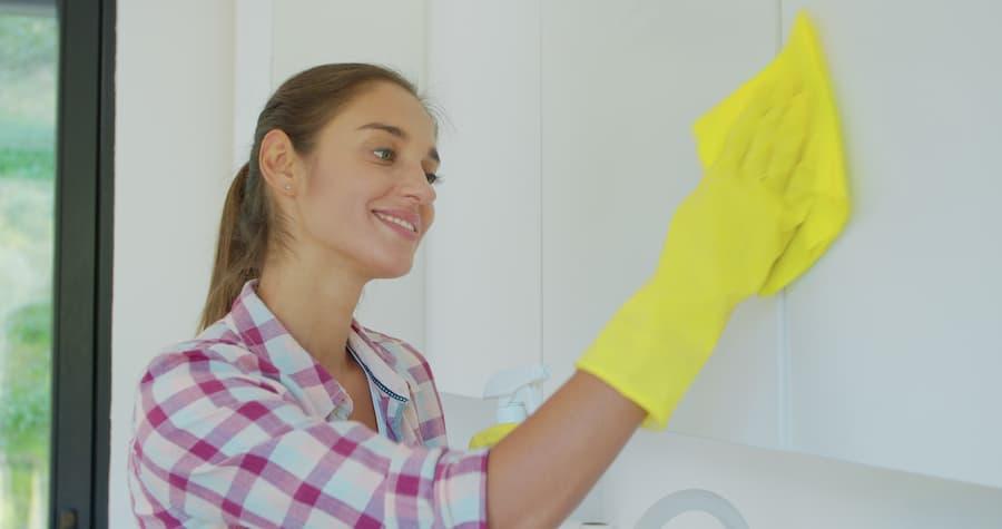 Beschichtete Küchenfronten reinigen © myndziakvideo, stock.adobe.com