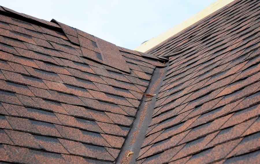 Dach mit Bitumenschindeln © bildlove, stock.adobe.com