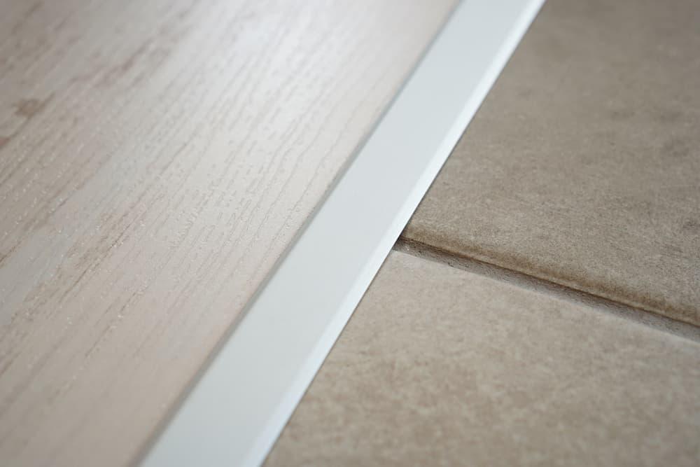 Übergangsprofil zwischen zwei Bodenbelägen © noobiel, stock.adobe.com