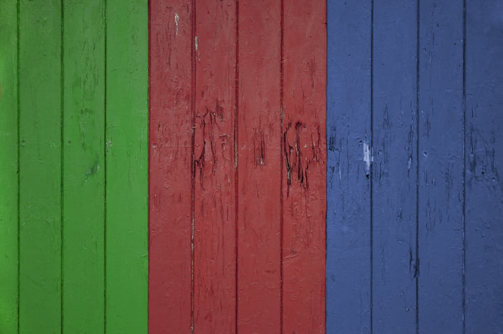 Bunte Holzwand © digitalfoto105, stock.adobe.com
