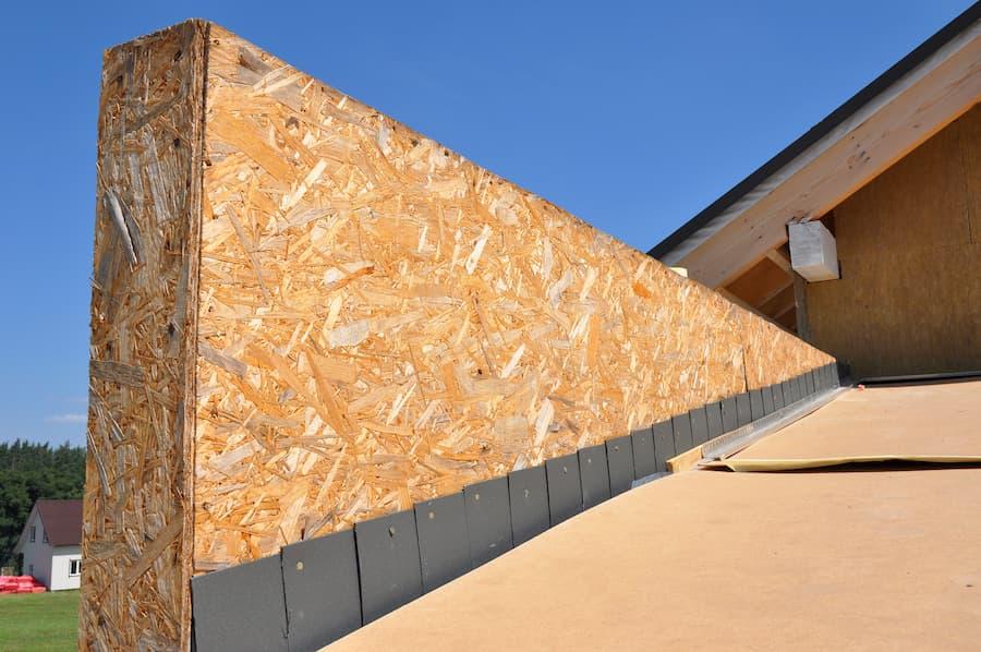 Dach: Richtige Abdichtung am Übergang zu Wand und Kamin © bildlove, stock.adobe.com