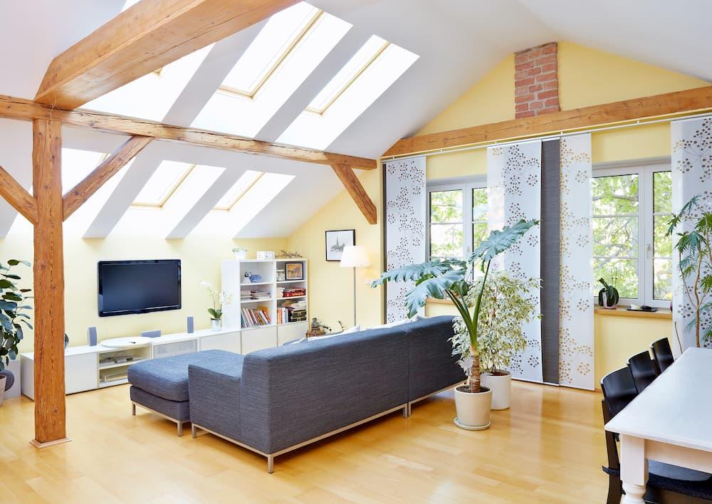 Dachgeschoss mit gelbem Wandton © Günther Menzl, stock.adobe.com