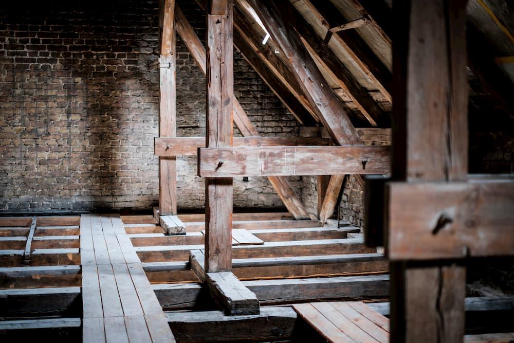 Dachgeschoss mit Holzbalkendecke © hanohiki, stock.adobe.com