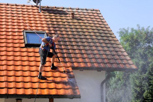 Dachreinigung mit Hochdruckreiniger © Marina Lohrbach, fotolia.com