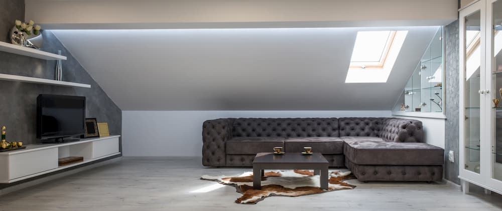 Dachgeschoss mit blauem Wandton © interiorphoto, stock.adobe.com