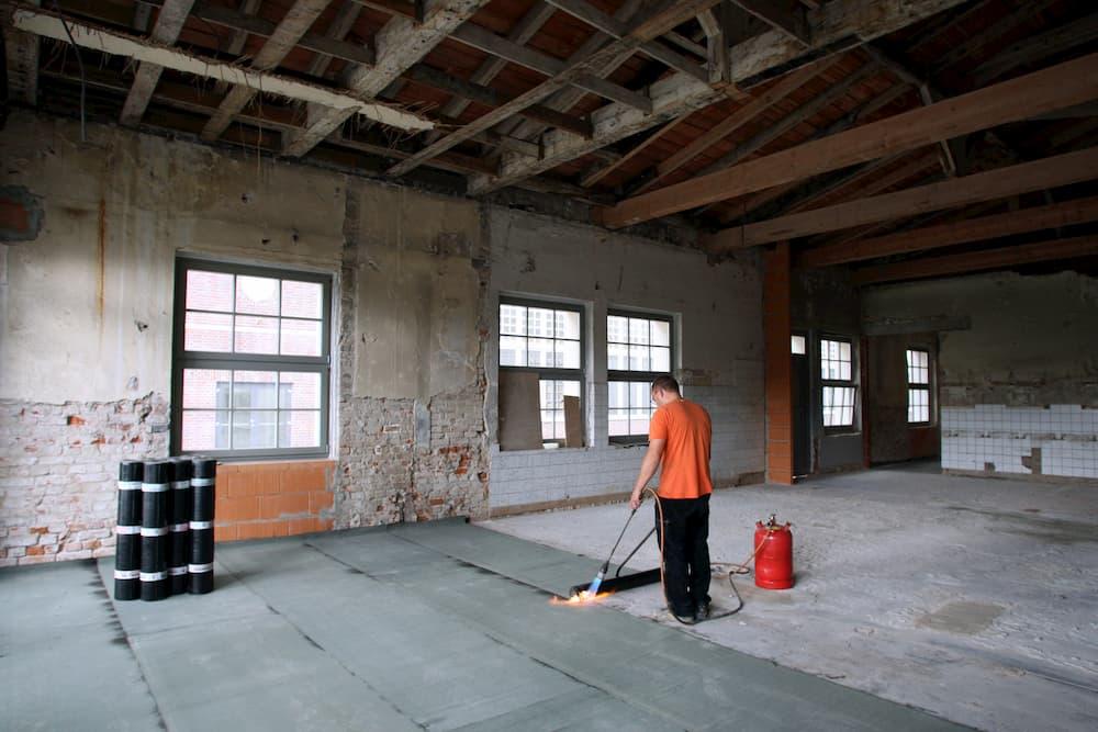 Dichtungsbahnen gegen Feuchtigkeit gehören unter die Trennschicht © khorixas, stock.adobe.com