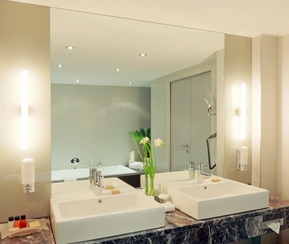 Doppelwaschtisch mit schöner Beleuchtung © photowahn, stock.adobe.com