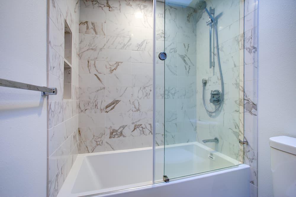 Duschabtrennung für die Badewanne © Javani LLC, stock.adobe.com
