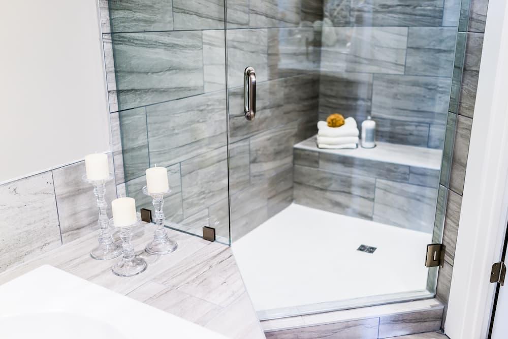 Dusche mit Sitzbank © Kristina Blokhin, stock.adobe.com