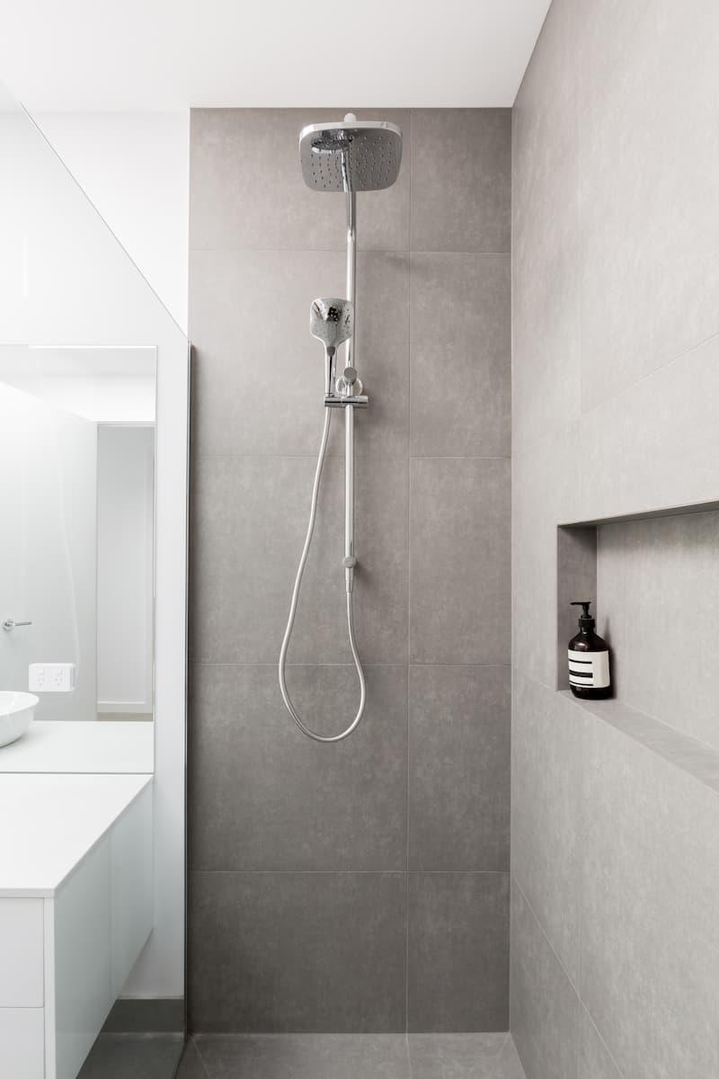 Moderne Dusche mit Großformatfliesen © Jodie Johnson, stock.adobe.com