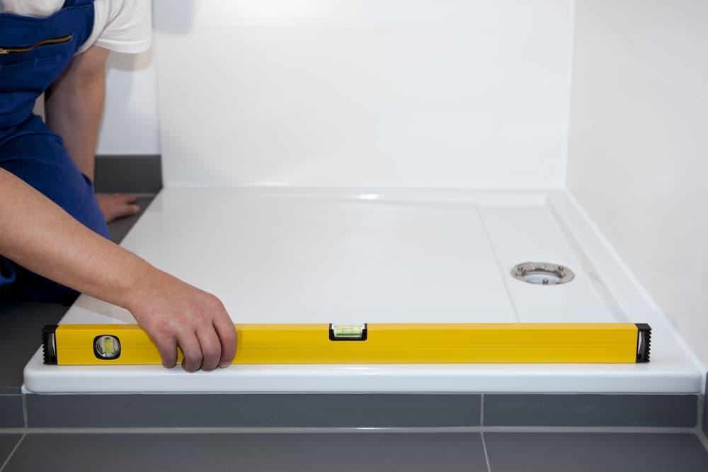 Duschwanne wird eingebaut © imageteam, stock.adobe.com