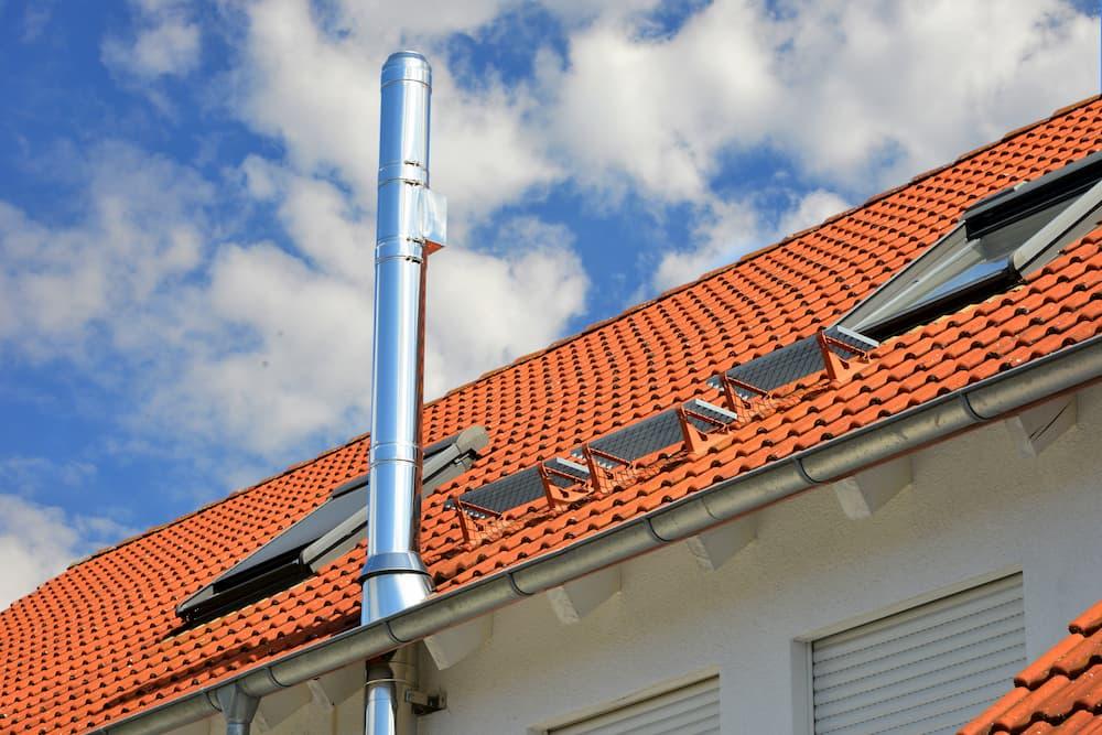Außenwand-Edelstahlschornstein mit Dachdurchführung © Hermann, stock.adobe.com