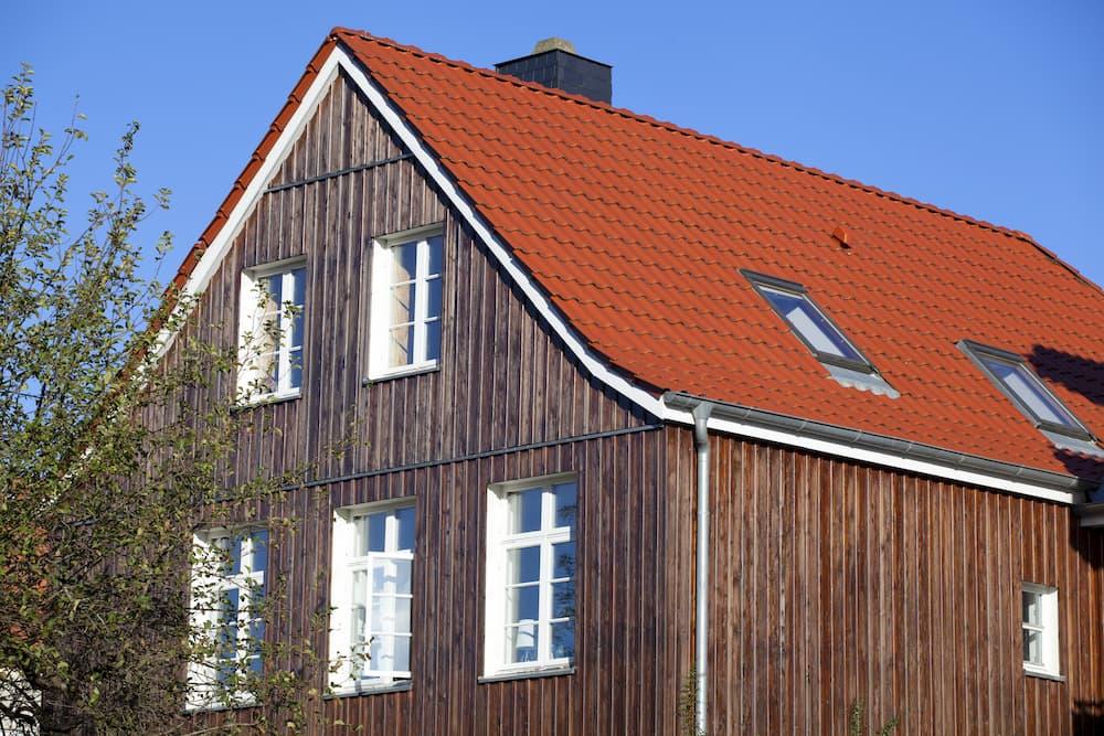 Einfamilienhaus mit Holzfassade © Ralf Gosch, stock.adobe.com