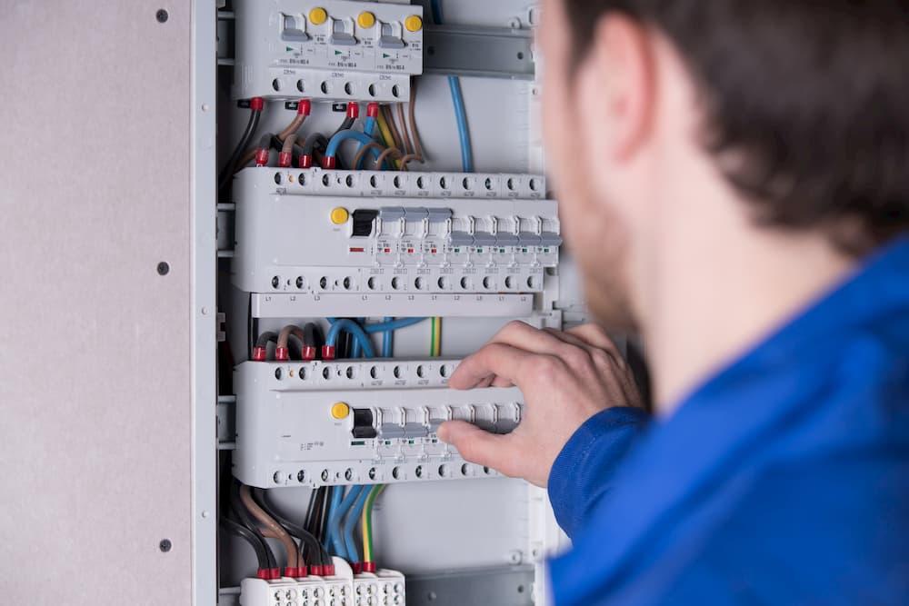 Elektriker arbeitet am Sicherungskasten © Wellnhofer Designs, stock.adobe.com