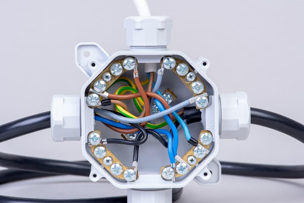 Kabel und Leitungen verbinden © salita2010, stock.adobe.com