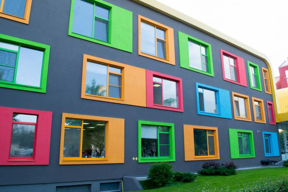 Fenster mit farbigen Rahmen © maramicado, stock.adobe.com