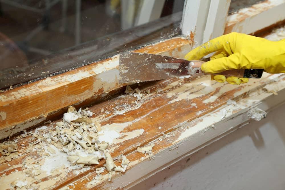 Fenster: Alte Farbschicht entfernen © sima, stock.adobe.com