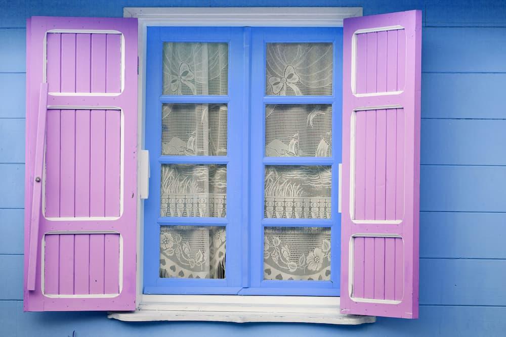 Bunte Holzfenster © Unclesam, stock.adobe.com