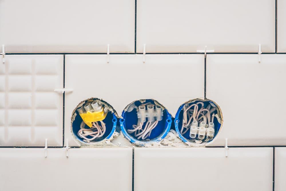 Bohrlöcher für Steckdosen in Fliesen © gonchar, stock.adobe.com