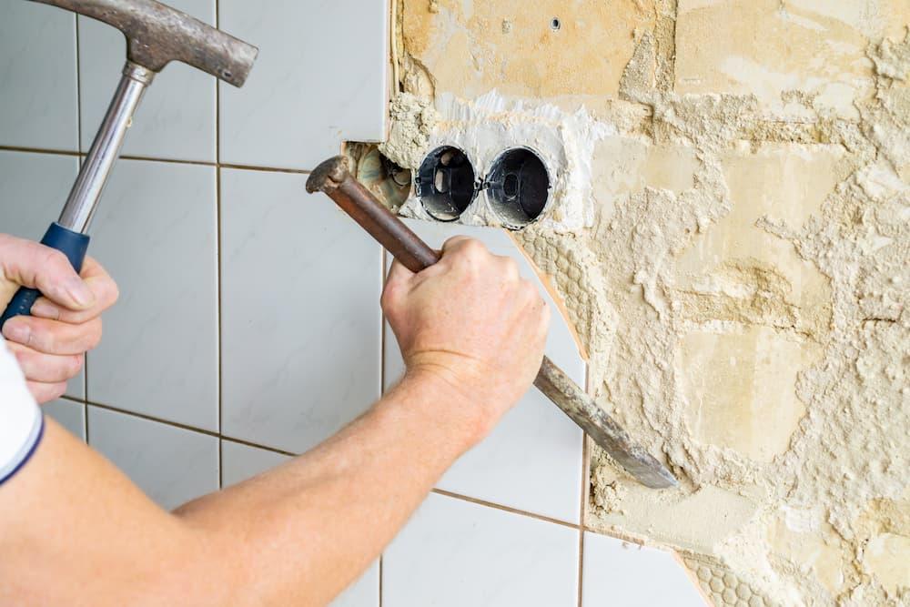 Fliesen und Fliesenkleber mit Hammer und Meisel entfernen © Angela Rohde, stock.adobe.com