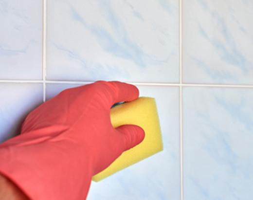 Fliesen mit Schwamm reinigen © Denys Kurbatov, fotolia.com